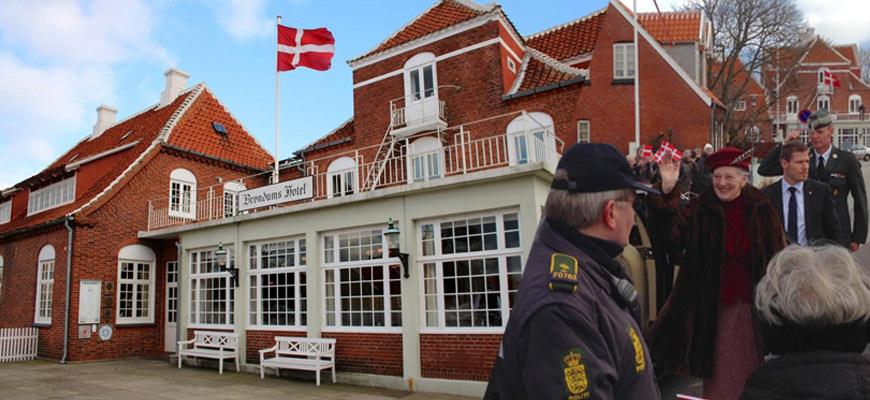 Bilde 1: Det er tradisjon i veggene på Brøndums Hotel som startet som gjestgivergård allerede rundt 1840. I dag er hotellet kjent for sin atmosfære og den gode restauranten. Bilde 2: Dronning Margrethe gjenåpnet Skagen Museum etter at kunstmuseet hadde vært stengt i nesten to år.