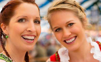To blide damer på oktoberfest