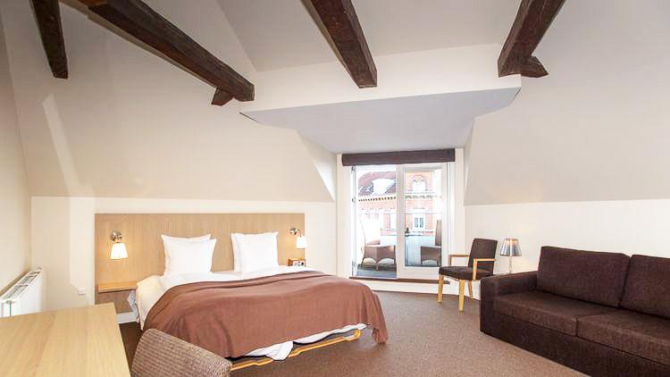 suite hotellrom med skråtak og dobbeltseng